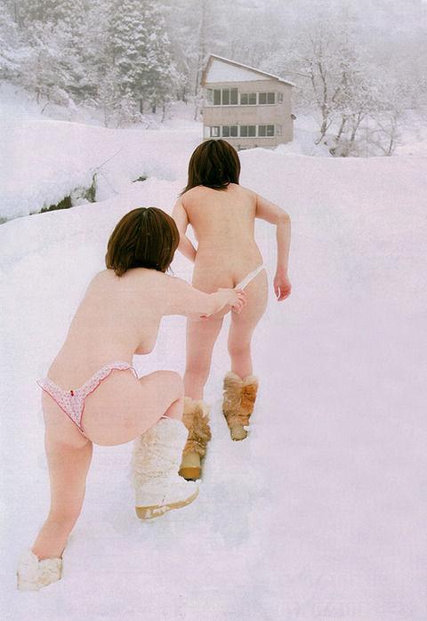 【冬の露出狂エロ画像】見てるだけで金玉縮み上がる雪の中の露出狂…その根性は他のことに使えよwww その1