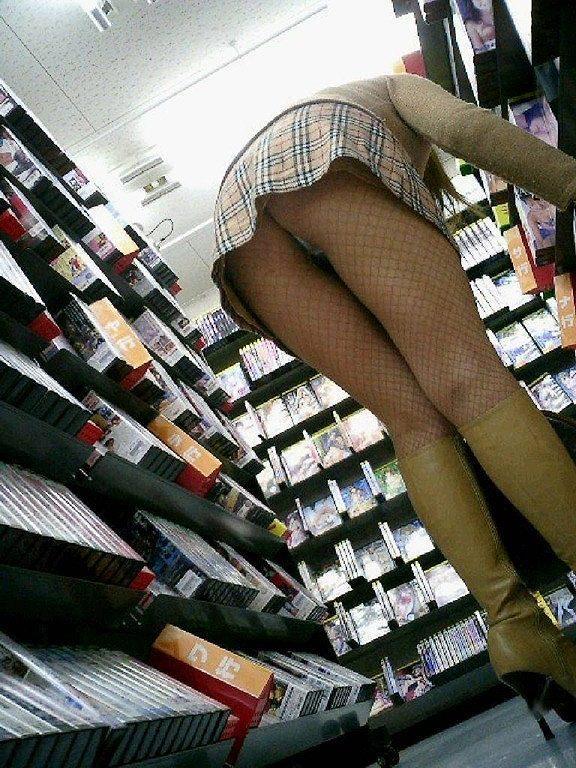 【前屈みパンチラエロ画像】買い物中女子の前屈みになった尻www無防備すぎ…いや、痴女レベルの尻をご覧くださいwwww その1