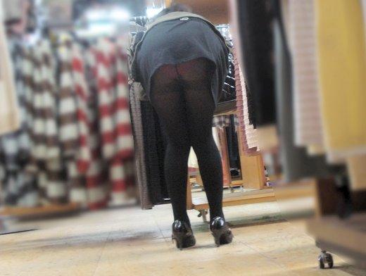 【前屈みパンチラエロ画像】買い物中女子の前屈みになった尻www無防備すぎ…いや、痴女レベルの尻をご覧くださいwwww その6