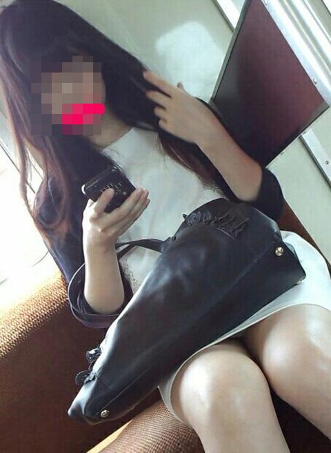 【電車内盗撮エロ画像】ここまで見えるとドン引きwww電車内でパンチラするお姉さんの股間が緩すぎて草不可避wwww その10