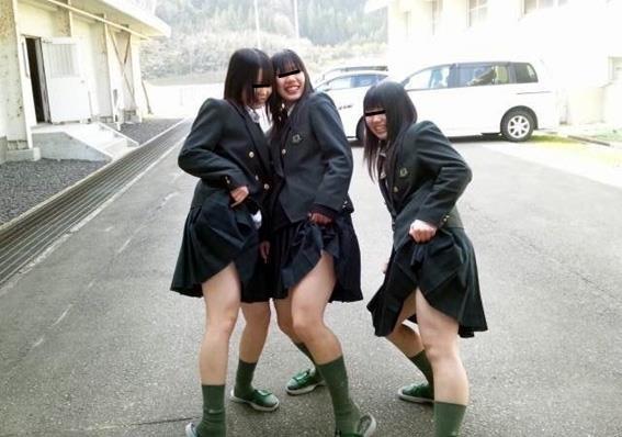 【JKおふざけエロ画像】高校生活最後のひと暴れ!?卒業シーズンに突入した女子高生達のおふざけエロ画像 その1