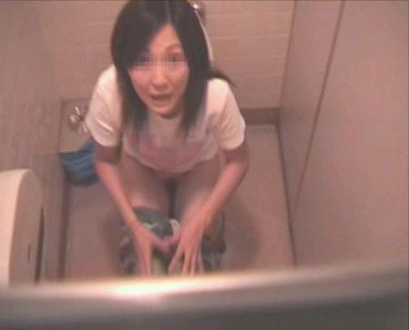 【トイレ盗撮エロ画像】女子トイレに出没する痴漢…上から覗いた素人娘のおしっこが興奮し過ぎてバレることもあるwwww その7
