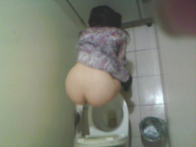 【トイレ盗撮エロ画像】女子トイレに出没する痴漢…上から覗いた素人娘のおしっこが興奮し過ぎてバレることもあるwwww その10