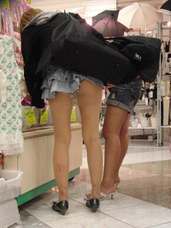 【パンチラエロ画像】女の子って何かに夢中になると本当に無防備だよなwww買い物中女子のパンチラが痴女レベルを越えてるwww その5