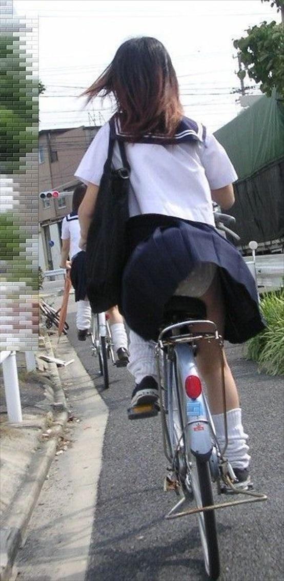 【JK自転車パンチラエロ画像】若くして痴女の才能あり!?自転車に乗る時スカートを尻の下に敷かない女子高生ってパンツ見えすぎだろwww その2