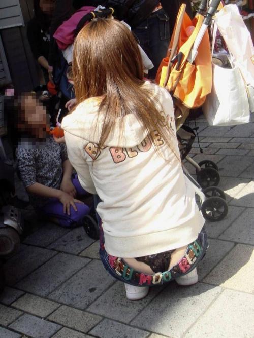 【パンチラエロ画像】ローライズじゃないのに…ズボンの腰上からパンチラしてる女の子多すぎwwwww その4