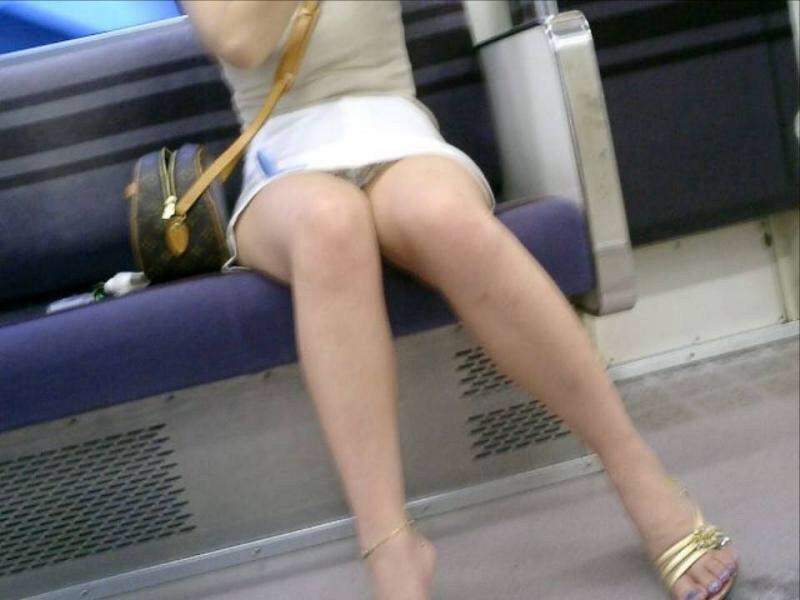 【電車内盗撮エロ画像】これはチラリズムの大事さがわかるわwww電車内で見かけた股間がギリギリ過ぎて目が離せねー その6
