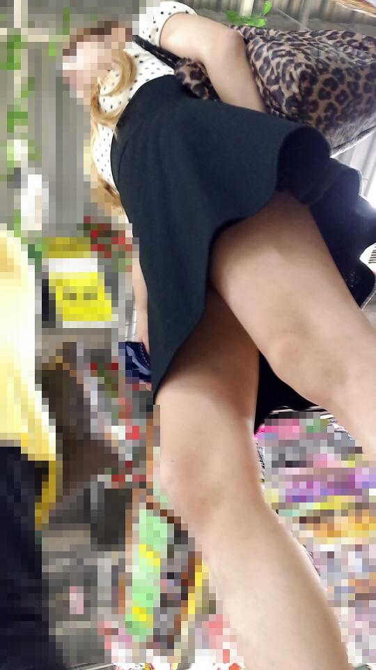 【ローアングルエロ画像】この角度が絶妙!買い物中のお姉さんは隙だらけ…ローアングルパンチラが超興奮するwwww その5