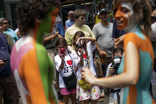 【全裸ボディペイントエロ画像】小さな子供も見てるのに…お祭りなら全裸になっても無問題という海外の風潮がほんとすこwwww その1