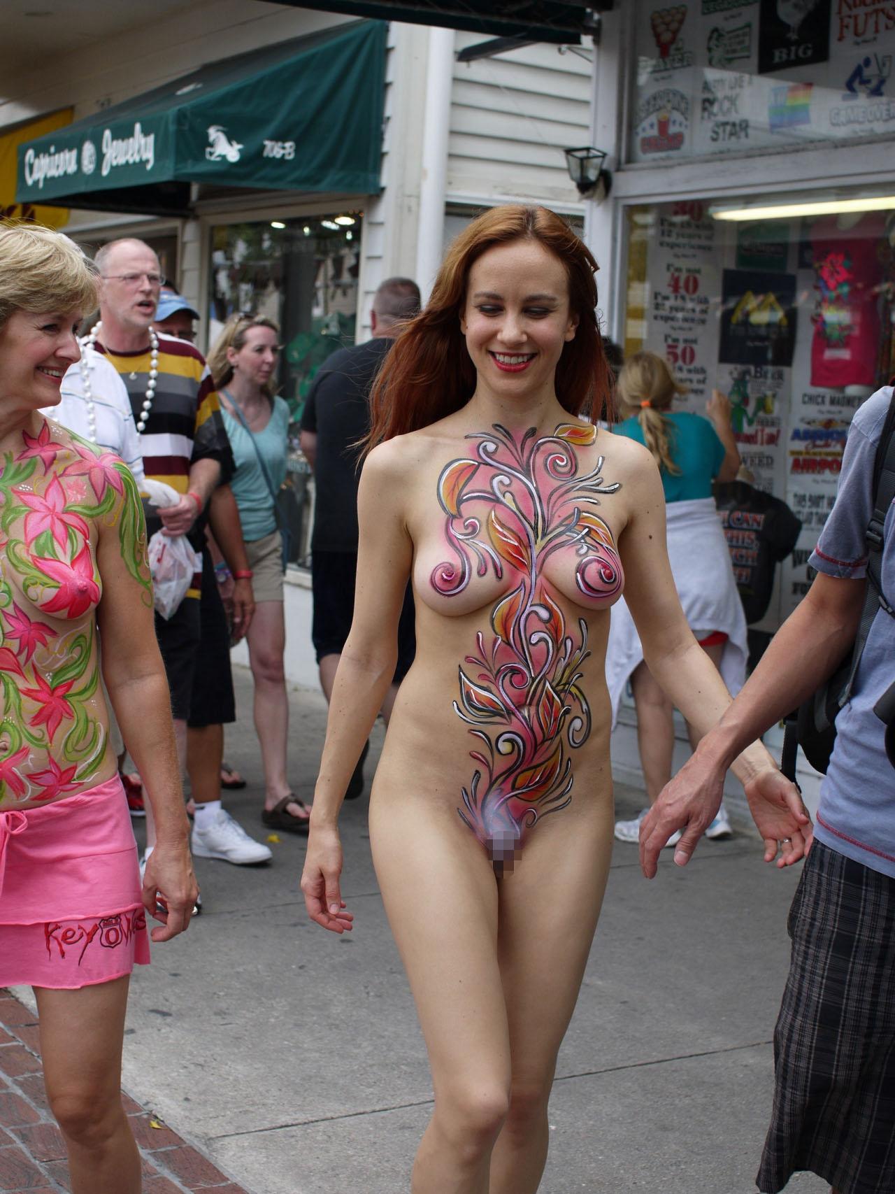 【全裸ボディペイントエロ画像】小さな子供も見てるのに…お祭りなら全裸になっても無問題という海外の風潮がほんとすこwwww その4