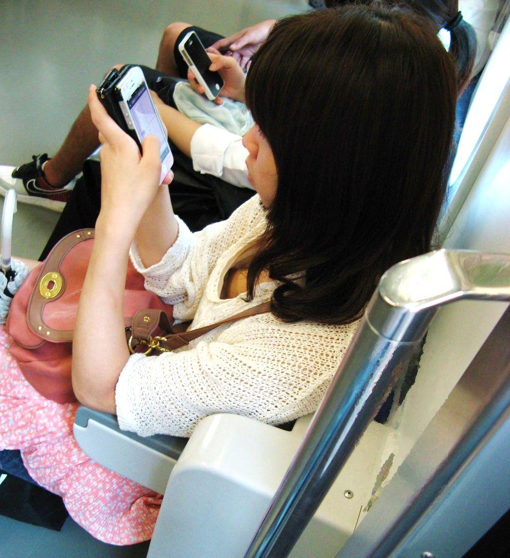 【胸チラ盗撮エロ画像】上から覗く胸チラに鼻の下伸びるわwww電車で座ってるおねーさん…ガバガバでっせ~www その6