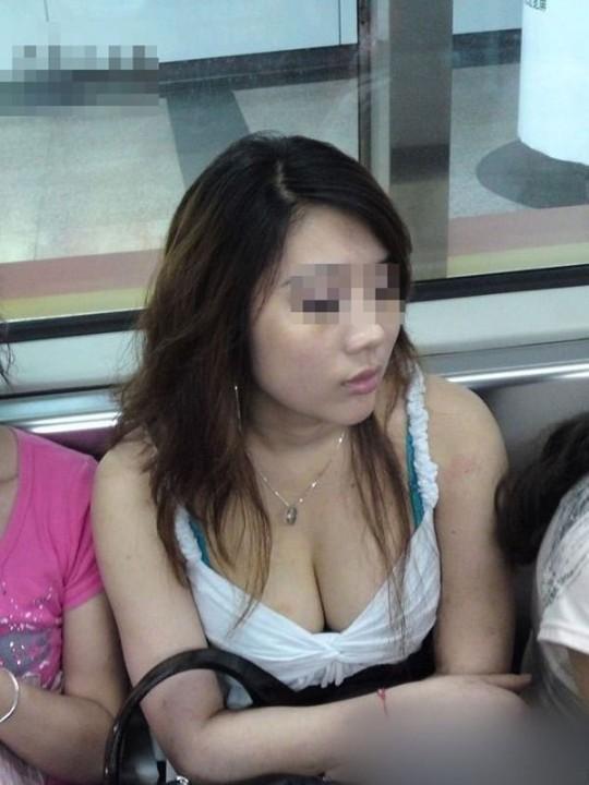 【胸チラ盗撮エロ画像】上から覗く胸チラに鼻の下伸びるわwww電車で座ってるおねーさん…ガバガバでっせ~www その15