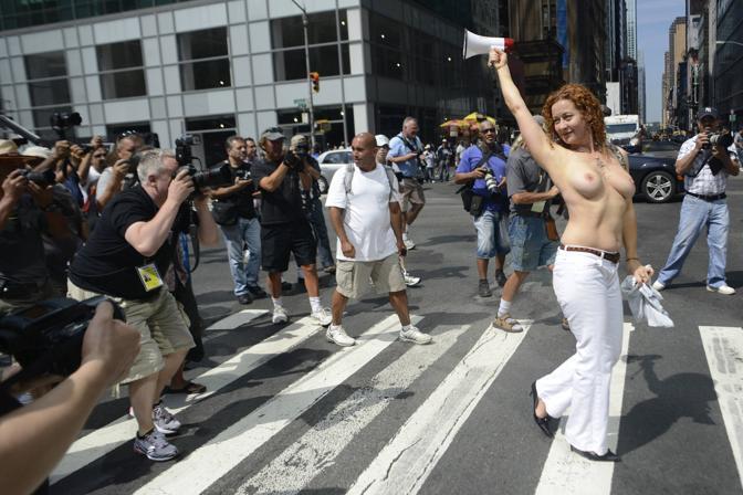 【ノーブラ外国人エロ画像】海外ではおっぱいは他人に見せるためのもの…おっぱいまる出しで街を闊歩するトップレス外国人www その3