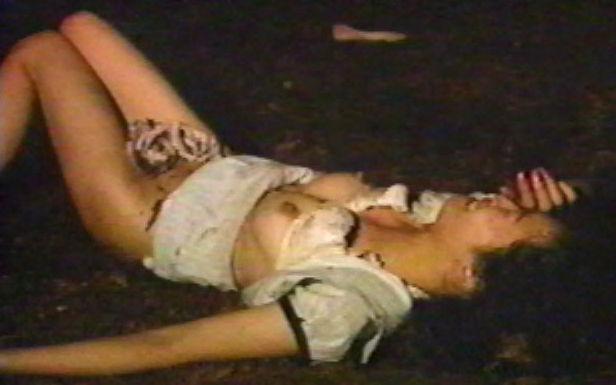 【レイプ事後エロ画像】これ…本物も混じってるやろ!?破かれた服…ズタボロの女の子がレイプ事後としか思えないんだが…。 その1
