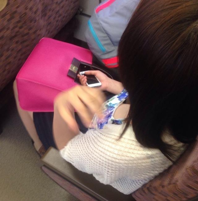 【電車内盗撮エロ画像】ちょっとお姉さん上からおっぱい覗きますよwww電車内で緩々の谷間晒すこういう女って痴女なんだろうかwww その1