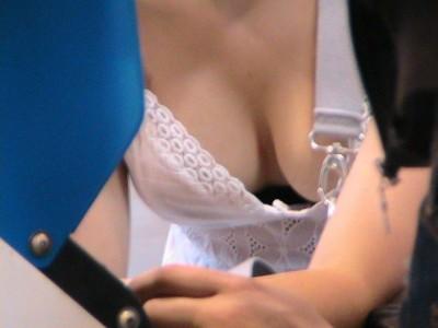 【胸チラ盗撮エロ画像】これはどえらいおっぱいですわ…本気で盗撮した素人の胸チラがケタ違いなんだがwwww その4