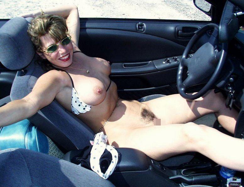 【オープンカー露出エロ画像】いくら車内がパーソナルスペースだからってオープンカーで裸になっちゃう海外の露出ネキwwww その10