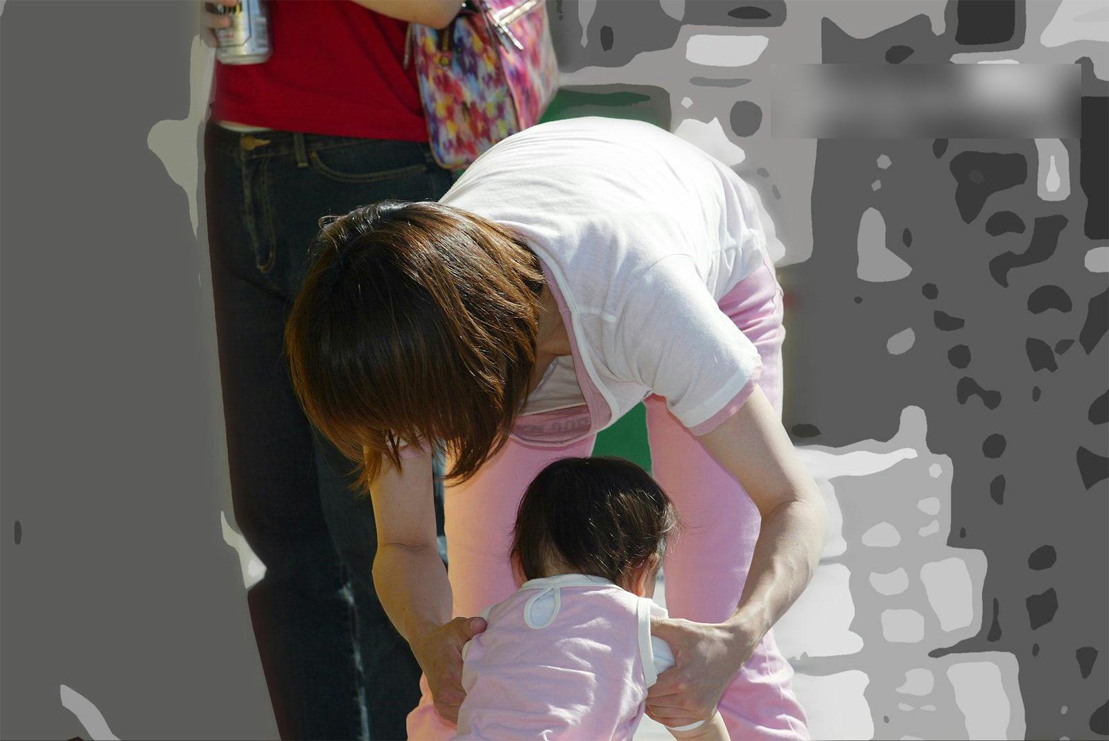 【子連れママ胸チラエロ画像】これが産後ママのおっぱい!?子供を産んで緩々になった胸チラ画像が勃起不可避wwww その2