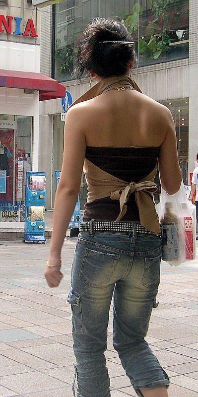 【街撮りギャルエロ画像】背中まる見え!痴女レベルな過激ファッションで街中を闊歩するギャルwww その7