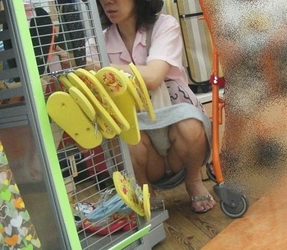 【熟女パンチラ盗撮画像】おばさ~ん、パンツまる見えでっせ~!!街中で盗撮され熟女のデカパン画像www その12