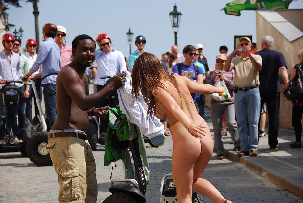 【野外露出】外国人の裸族がすげぇ・・・野獣の中で全裸になれる外国人!これでよく犯されないなwww その14