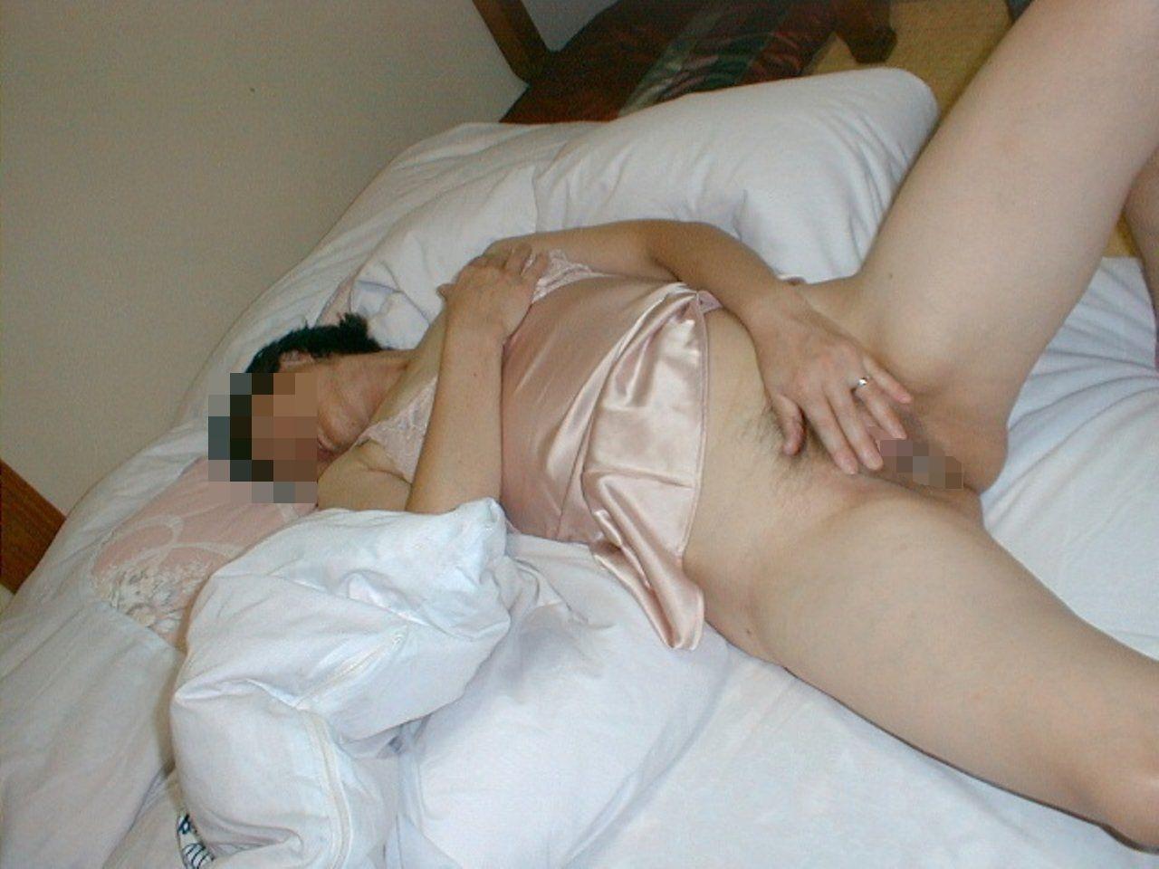 【熟女オナニー】マン汁臭そう~…閉経しても性欲が衰えないBBAのオナニー画像 その15