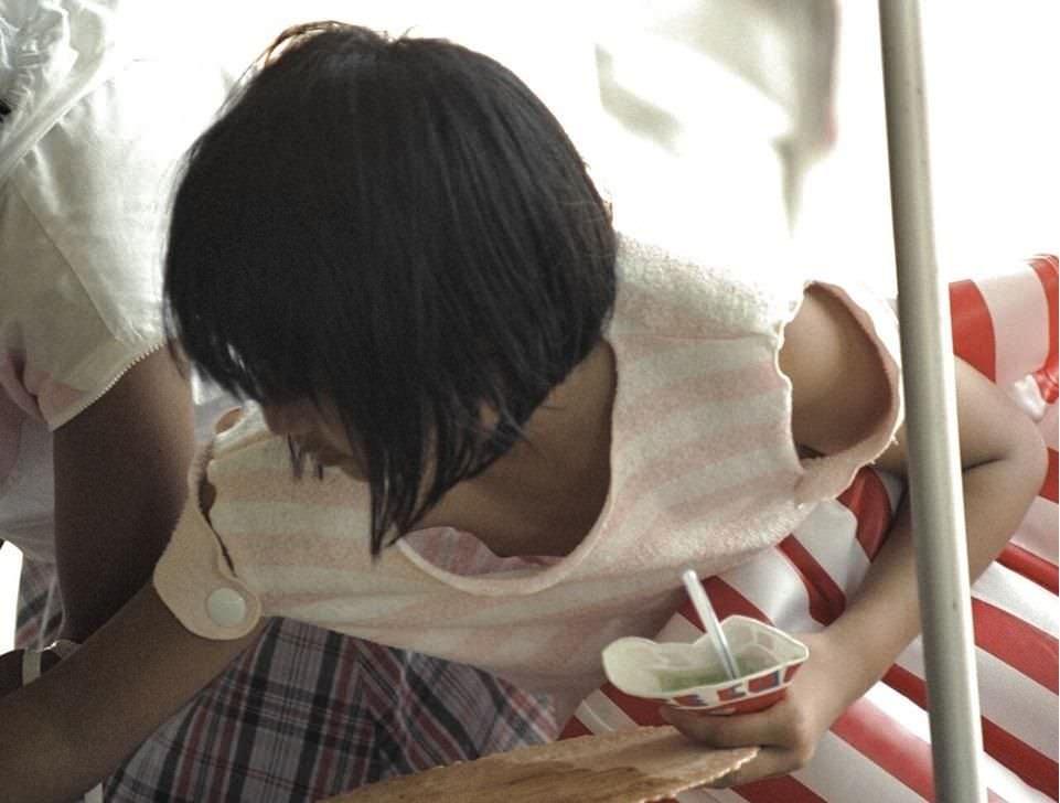 【浮きブラ】貧乳過ぎて浮きブラ…乳首まで見えちゃう胸チラが完全にアウトwwww その4