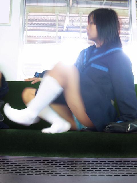 【通学JK盗撮画像】こんなパンチラに遭遇したら思わずテンションあがる通学中の女子高生wwww その4