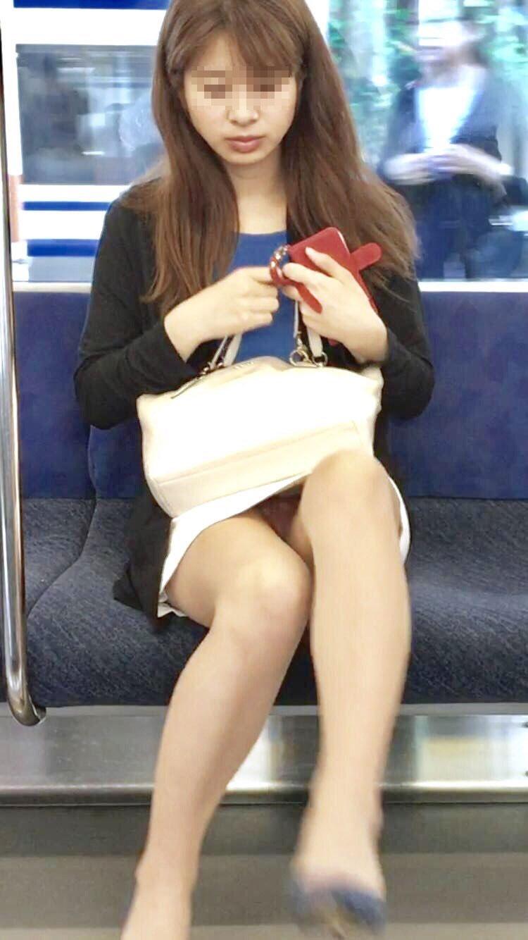 【電車内盗撮】もう痴女なんじゃね?ってくらい股間がまる見え…電車で座るお姉さんのパンチラがヤバすぎるwww その3