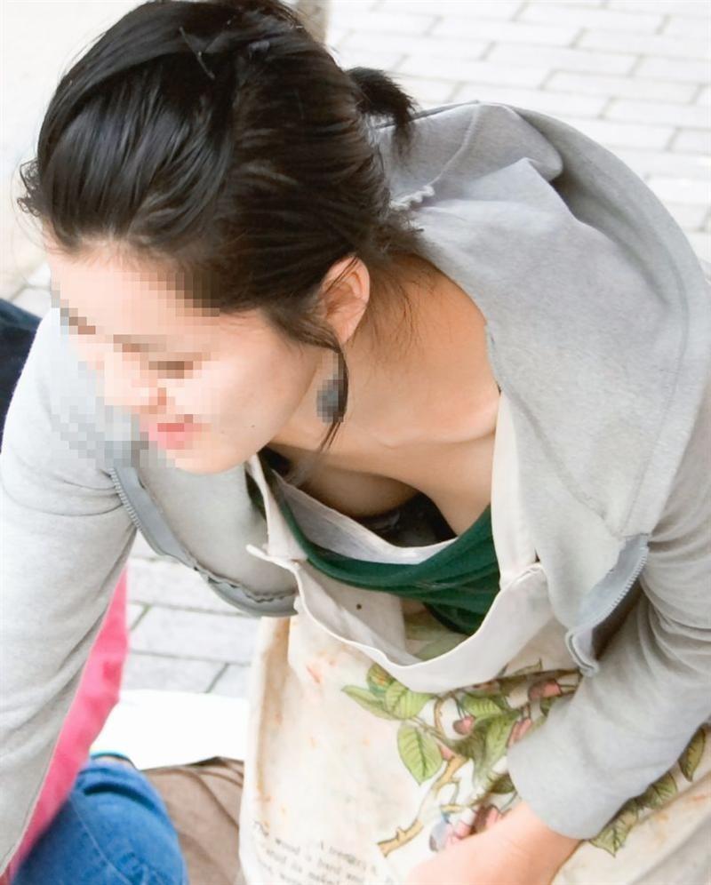 【子連れママ胸チラエロ画像】ちょwwおかーさん、サービスし過ぎぃwww子連れママの胸元ガバガバでワロタwww その1