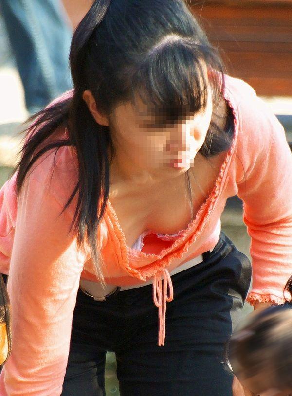 【子連れママ胸チラエロ画像】ちょwwおかーさん、サービスし過ぎぃwww子連れママの胸元ガバガバでワロタwww その5