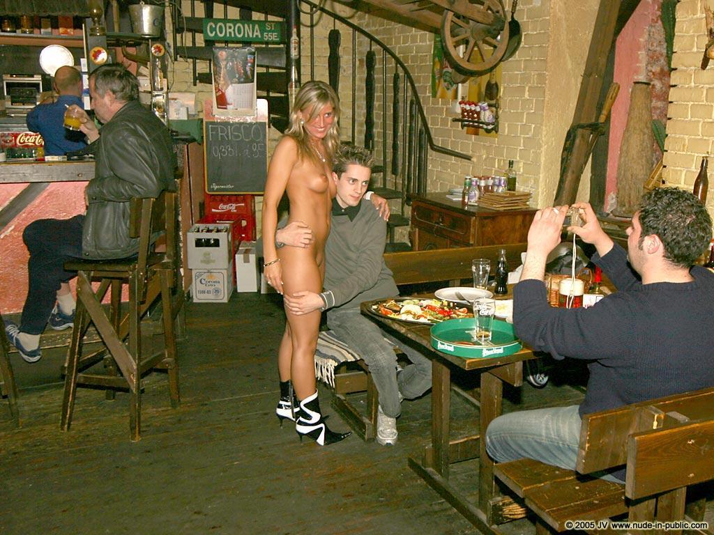 【ヌードバーエロ画像】すげー!!!本場ドイツのビアハウスは店員さんがすっぽんぽんだぜぇwwww その8