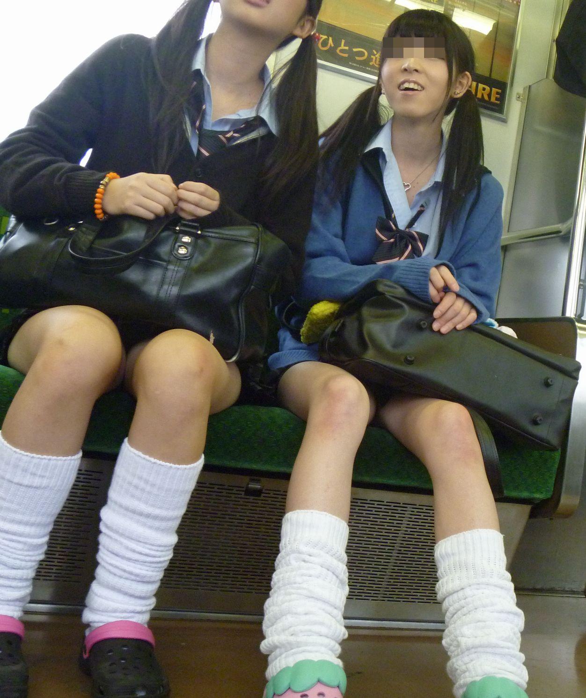 【電車内盗撮画像】狭い電車の中でこんな太もも露出されたらいつまでも見続けたい…女子高生のむっちり太ももwww その13