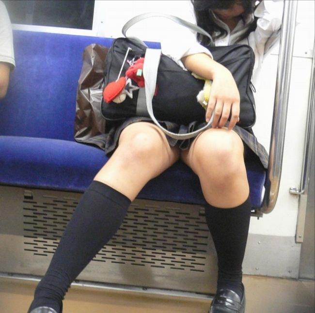 【電車内盗撮画像】狭い電車の中でこんな太もも露出されたらいつまでも見続けたい…女子高生のむっちり太ももwww その14