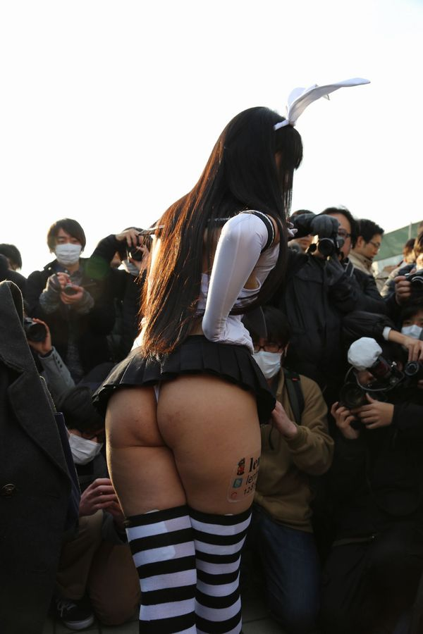 【コスプレエロ画像】どうーみても痴女の集いにしか見えないコミケ会場…まる見えの尻が卑猥過ぎるwwww その3