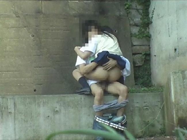 【青姦エロ画像】隠れてるつもりでも意外にバレてる素人カップルの青姦…性欲に支配された野外セックス盗撮画像 その9
