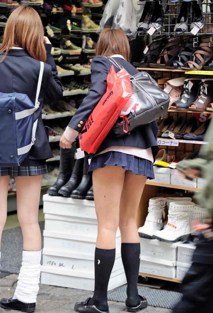 【JK街撮りエロ画像】もう痴女じゃねーのコレwwww女子高生のスカートが短すぎてドン引きなんだがwww その12