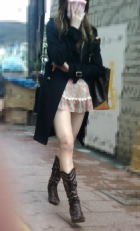 【ミニスカ街撮りエロ画像】コートを羽織るほど寒いのにミニスカで生脚を露出する女って変態なんだろうかwwww その2