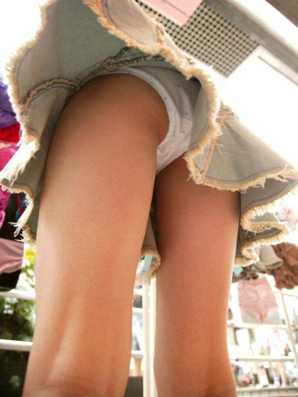 【ローアングルエロ画像】今や季節なんて関係ない…買い物中のミニスカ娘をローアングルから覗けば卑猥な下半身まる見えwww その3