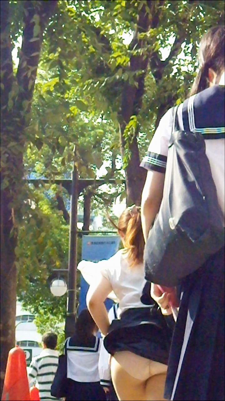 【風パンチラエロ画像】豪快にめくれ上がったスカートが草不可避!風の強い日は目が離せないラッキーハプニングがこちら! その2