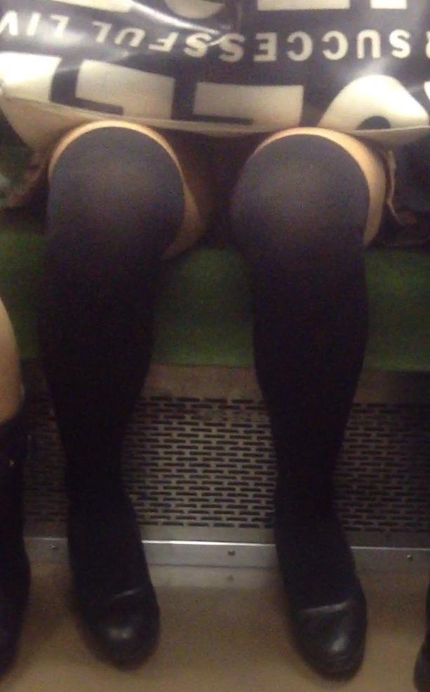 【電車内盗撮エロ画像】むっちりした太ももに挟まれた股間が強烈…電車内でデルタゾーンまる見えのお姉さんが多すぎwww その11