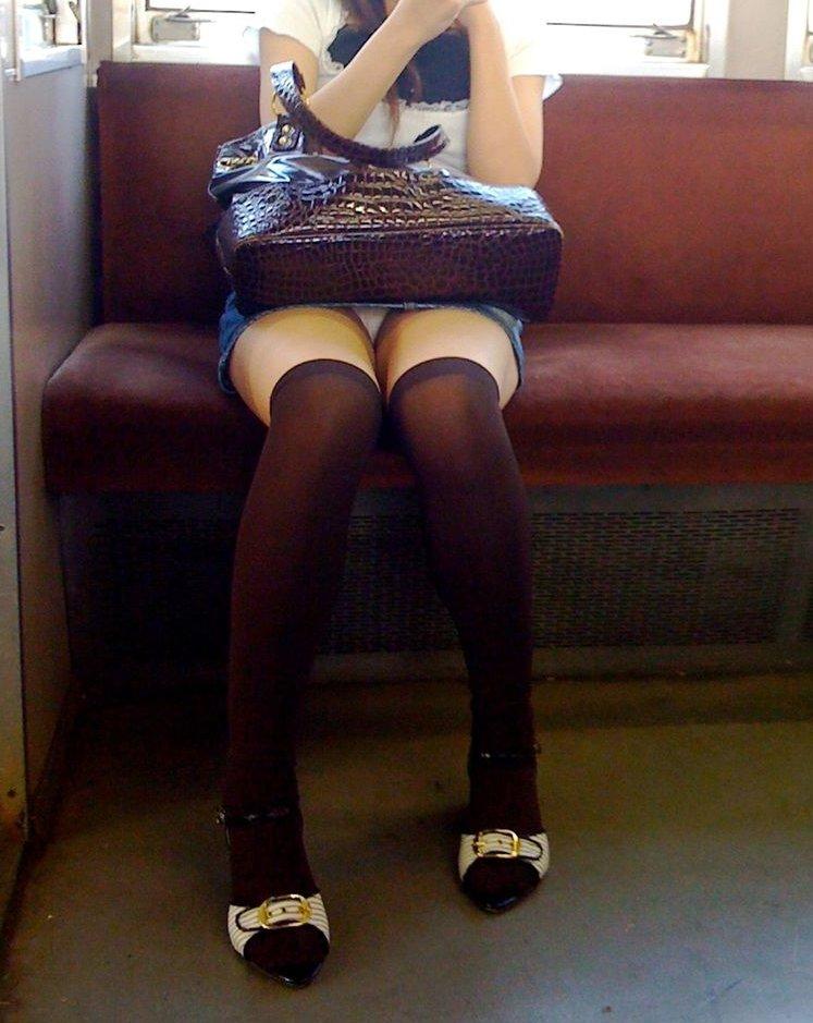 【電車内盗撮エロ画像】むっちりした太ももに挟まれた股間が強烈…電車内でデルタゾーンまる見えのお姉さんが多すぎwww その13