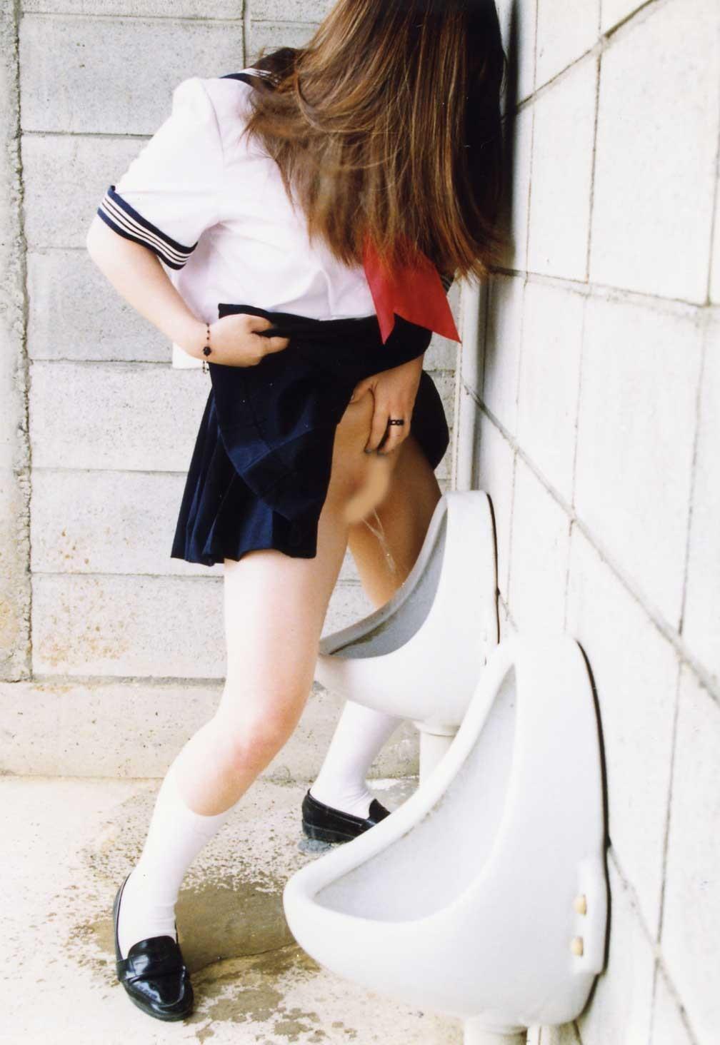 【立ち小便エロ画像】女子トイレが混雑してたのか…!?普通に男子トイレで立ち小便する女の子wwww その2