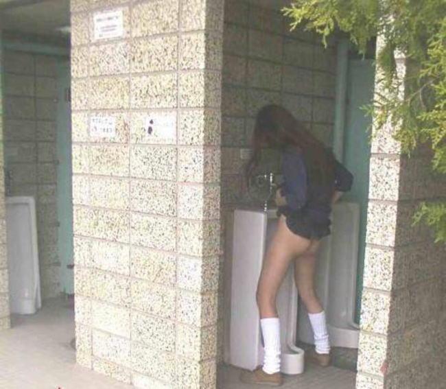 【立ち小便エロ画像】女子トイレが混雑してたのか…!?普通に男子トイレで立ち小便する女の子wwww その14