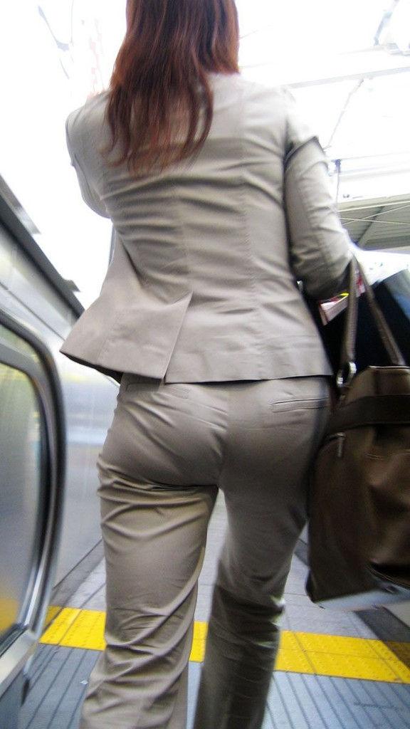 【OL透けパンエロ画像】パンツスーツのOLさんってパンティーライン透け透けやなwwwパンチラより興奮する透けパン画像 その13
