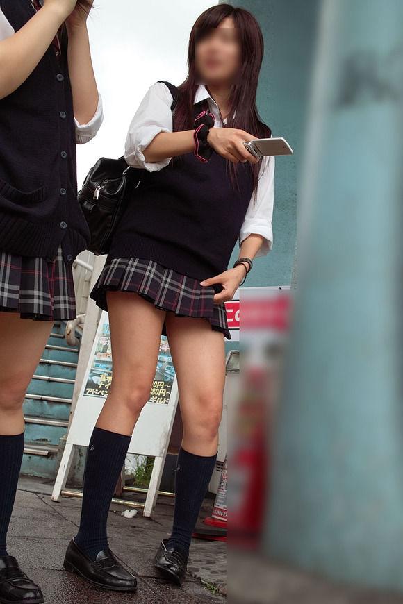 【ミニスカJKエロ画像】スカート丈の短さと貞操観念の低さは比例する今どきの女子高生…チンポがパキパキに勃起するミニスカがこちらwww その4