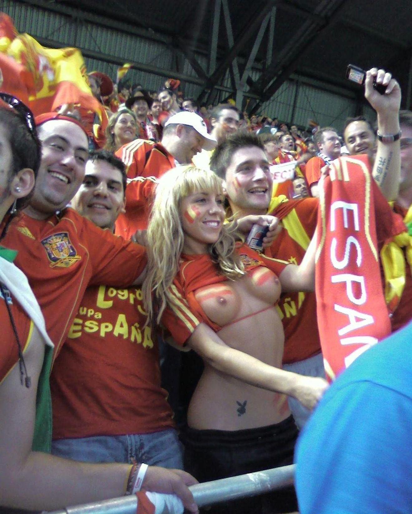 【サポーターエロ画像】早くもワールドカップが待ちきれない!海外サポーターが熱狂し過ぎておっぱいポロリwwww その14