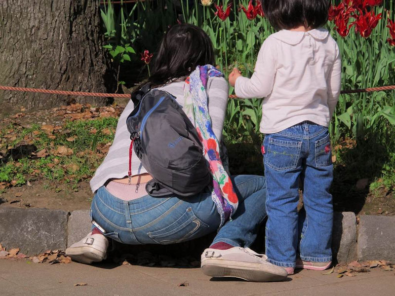 【子連れママパンチラエロ画像】これぞ素人!リアルさが尋常じゃない子連れママのパンチラが超興奮するンゴwww その3