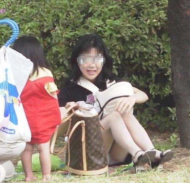 【子連れママパンチラエロ画像】これぞ素人!リアルさが尋常じゃない子連れママのパンチラが超興奮するンゴwww その8