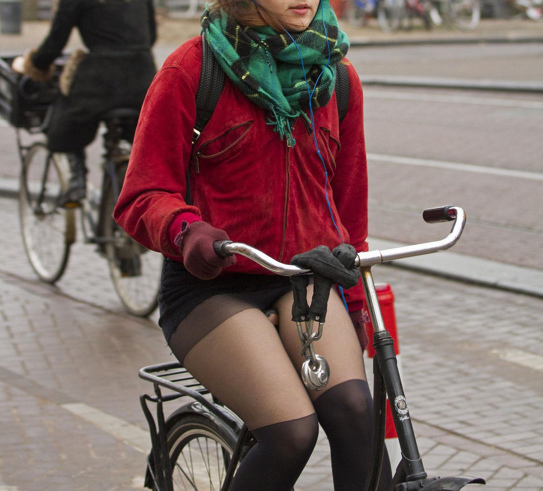 【ミニスカ自転車エロ画像】短いスカートから覗く素人娘の股間が超そそるっ!ミニスカで自転車に乗るとか痴女かよwww その1